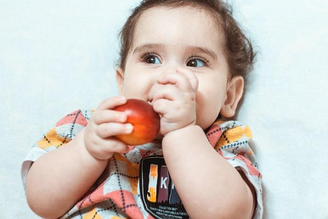 Bambino che mangia volentieri