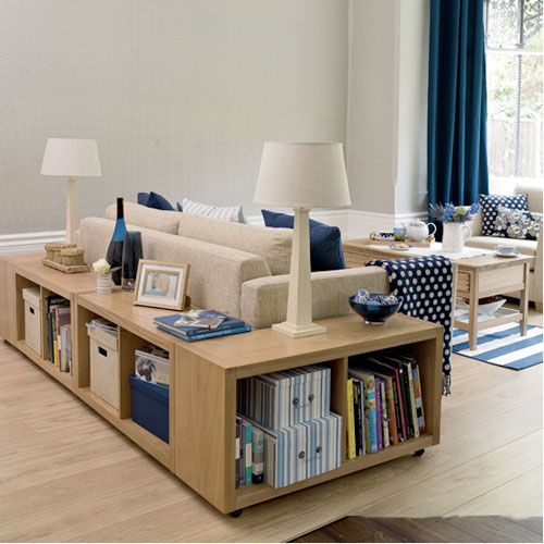 Libreria/scaffale posizionata dietro il divano. via ApartmentTherapy
