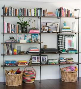 Libreria a parete in metallo e legno con ceste contenitori. AmberInteriorDesign