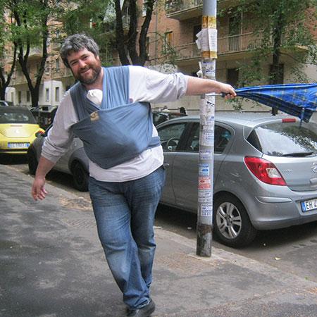Papà Sergio porta Giulio in fascia elastica. Foto privata.