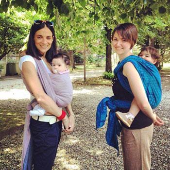 Sonia porta la piccola Claudia nella fascia rigida avanti, e Chiara con  Gaia legata dietro. Foto privata.