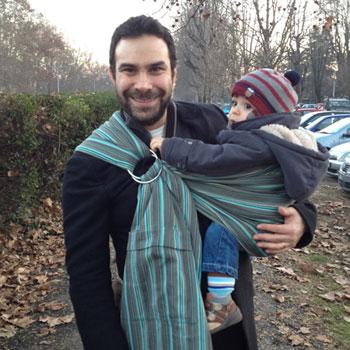 Papà Matteo con il piccolo Alessandro di 16 mesi in una ring sling. Foto privata.