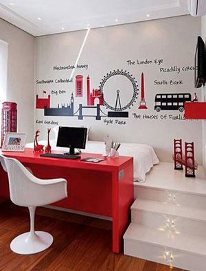 Letto rialzato e scrivania rossa a contrasto con ispirazione londinese. http://decora.me/i/3bf74c97