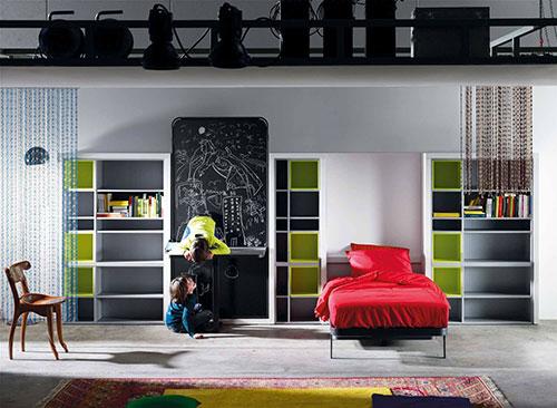 Letto a ribalta e scrivania. Io ne avevo uno esattamente così ma senza la mia adorata parete lavagna. Un modo per guadagnare spazio e sfruttarlo al meglio. Lagrama. http://www.lagrama.es/en/life-box-18-a-composition-for-children-and-different-rooms/