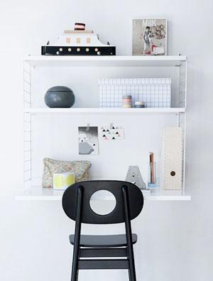 Un grande classico del design nordico: la libreria a parete String con la mensola scrivania.  http://string.se