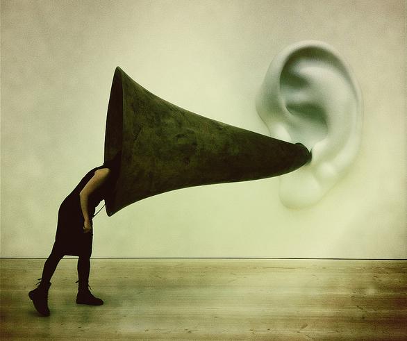 Listen carefully, foto di Justin Lynham utilizzata con licenza Flickr Creative Commons