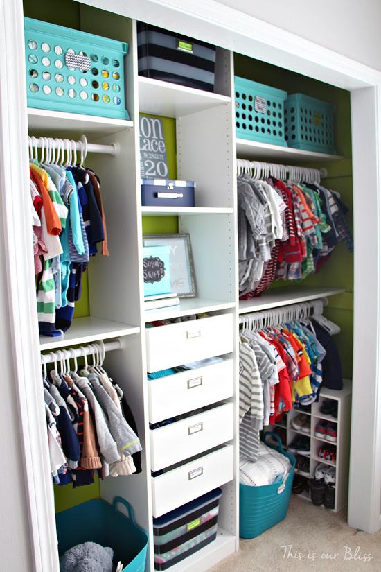 Anche l'armadio dei bambini può essere ben organizzato. Image Credit: This Is Our Bliss