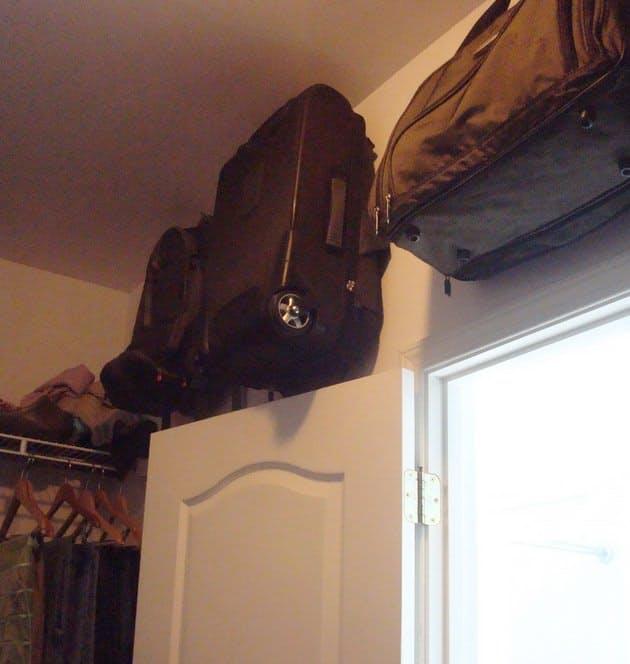 Appendere le valigie, una idea geniale. Image Credit: indecent Order
