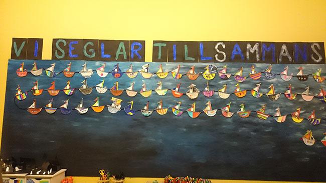 """""""Navighiamo insieme"""" è il messaggio che hanno scritto e disegnato i bambini in una delle aule della scuola."""