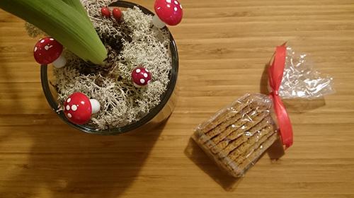 I biscotti potete naturalmente confezionarli e voi, gente creativa, vi farete venire qualche idea migliore per presentarli in modo semplice ma raffinato allor stesso tempo, io mi accontento di un sacchetto di plastica trasparente e di un piccolo fiocco rosso.