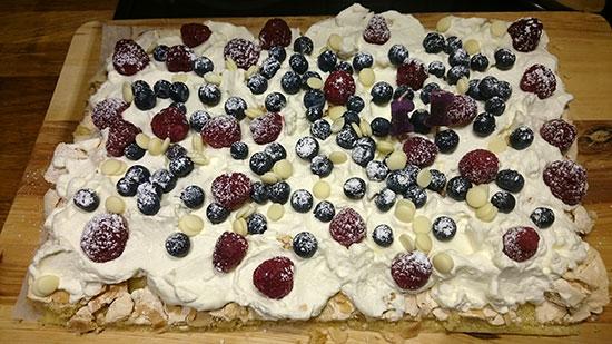 Torta di compleanno guarnita di frutta di stagione. Ah, come dite? I mirtilli non sono di stagione a dicembre.