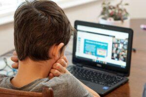 Bambino al computer per la Dad